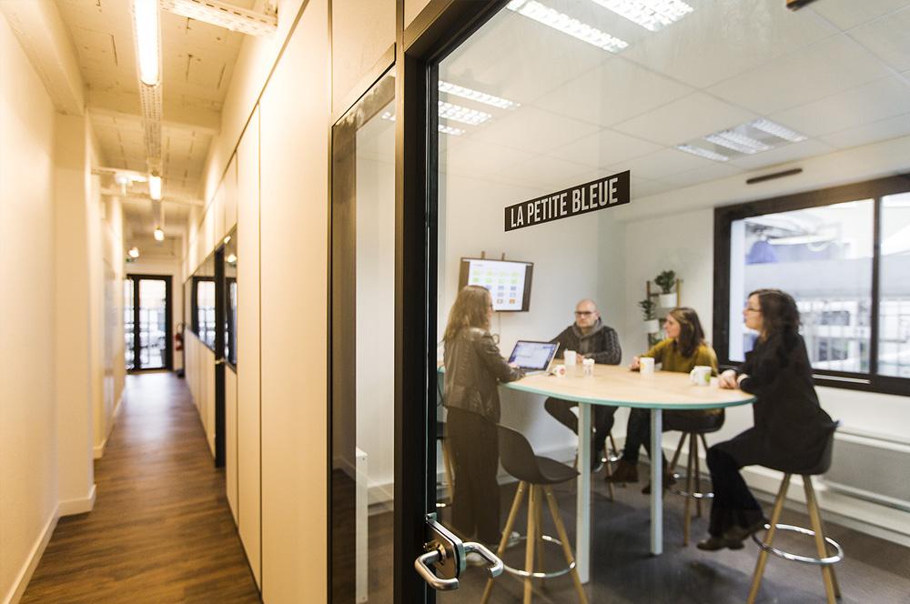 En créant des espaces pour travailler et vivre mieux, nous rassemblons une communauté d'individus et de travailleurs. Nous misons sur l'intelligence collective et le collaboratif ; nous faisons circuler nos savoirs et nous partageons nos connaissances. Des synergies se créent, les liens et les projets se développent.